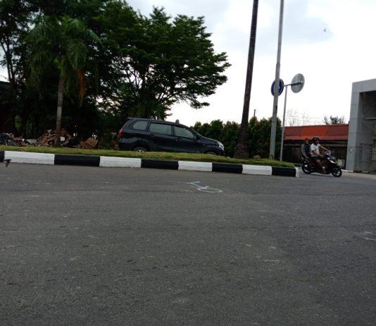 Lokasi kejadian kecelakaan lalu lintas di sekitar kawasan Harbour Bay Kota Batam. Terlihat lokasi ini tidak jauh dari Zest Hotel di sekitar kawasan itu. Diperkirakan, mobil Nissan Juke Hitam Nahas itu melaju dari arah De Patros Cafe, sesuai tanda putih terkait kronologi yang telah dibuat oleh pihak Polresta Barelang, Minggu (3/11/2019). Kejadian sendiri berlangsung kemarin pagi, Sabtu (2/11/2019).
