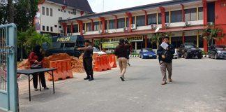 Jajaran kepolisian Polresta Barelang memperketat penjagaan di pintu masuk gedung Mapolresta Barelang pasca bom bunuh diri di Polrestabes Medan, Rabu pagi, Rabu (13/11/2019). (ROMI/SURYAKEPRI.COM)