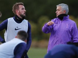 Jose Mourinho berbincang dengan Kapten Tottenham Hotspur Harry Kane dalam latihan pertama sebagai manajer klub London Utara, Rabu (20/11/2019) Sumber: Twitter Tottenham