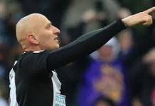 Selebrasi Jonjo Shelvey usai mencetak gol ke gawang Manchester City. (The Sun)