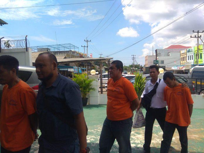 Tiga tersangka saat digiring petugas tiba di Kejari Bintan (Foto: Suryakepri.com/MBA)