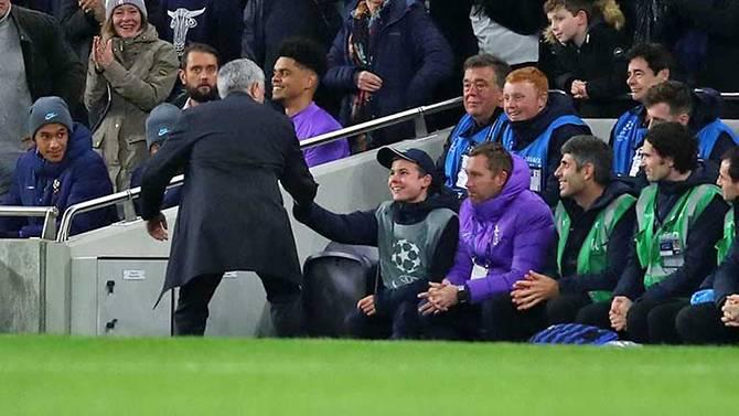 Manajer Tottenham Jose Mourinho mendatangi ballboy Callum Hynes yang