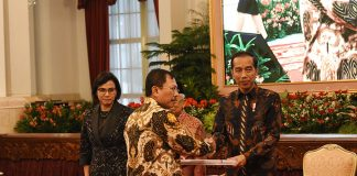 Presiden Jokowi (kanan) menyerahkan DIPA didampingi Wapres Ma'ruf Amin dan Menkeu Sri Mulyani(Foto: Kemenkeu)