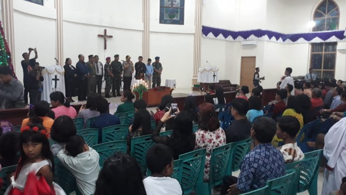 Kapolres Tanjungpinang AKBP Muhammad Iqbal bersama FKPD Tanjungpinang memantau pelaksaan ibadah malam Natal. (Foto: Suryakepri.com/MBA)
