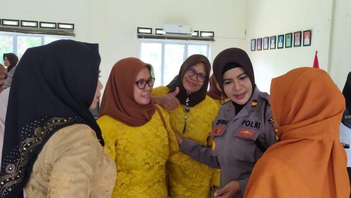 Kasat Binmas Polres Tanjungpinang Iptu Zubaidah saat berbincang-bincang dengan emak-emak PKK Melayu Kota Piring.