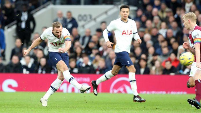 Kapten Tottenham Hotspur Harry Kane melepas tembakan yang berbuah gol 1-0 atas Burnley di Tottenham Hotspur Stadium, Sabtu (7/12/2019) (Foto: premierleague.com)