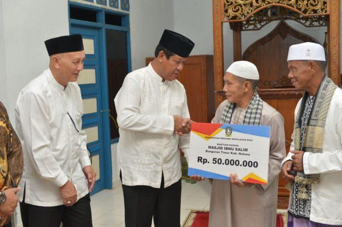Plt Gubernur Kepulauan Riau H Isdianto saat memberikan bantuan sebesar Rp50 Juta ke Masjid Ibnu Salim, Bunguran Timur, Kabupaten Natuna, Kepulauan Riau.