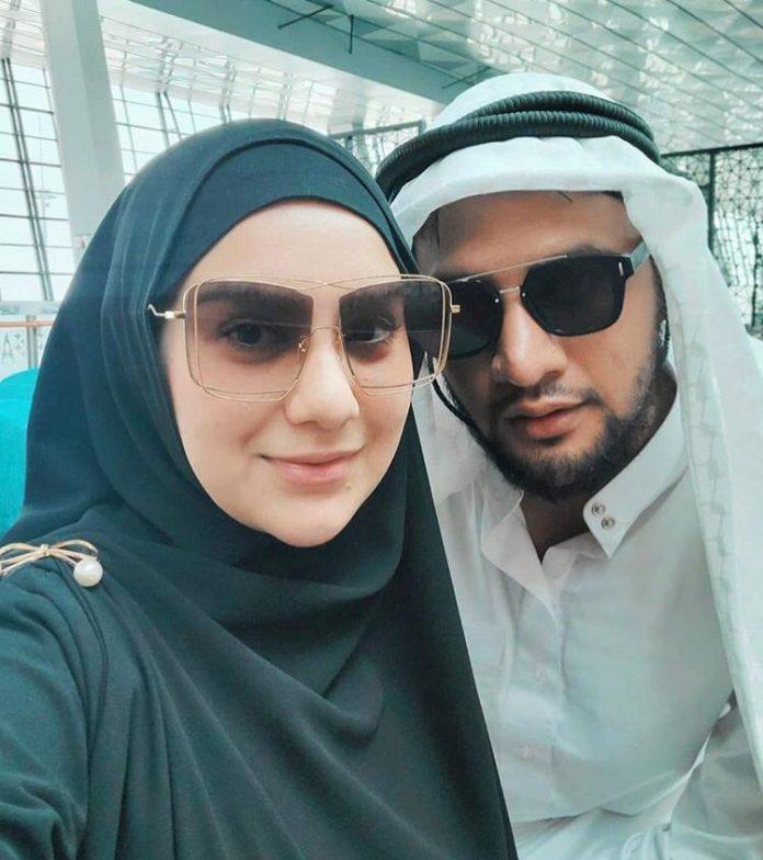 Pasangan selebriti Ammar Zoni dan Irish Bella melakukan Ibadah Umrah di penghujung tahun 2019 ini (Foto dari Akun Instagram resmi _irishbella_)