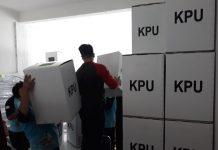 Ilustrasi, petugas KPU Tanjungpinang saat menyiapkan logistik pemilu (Foto: Suryakepri.com/MBA)