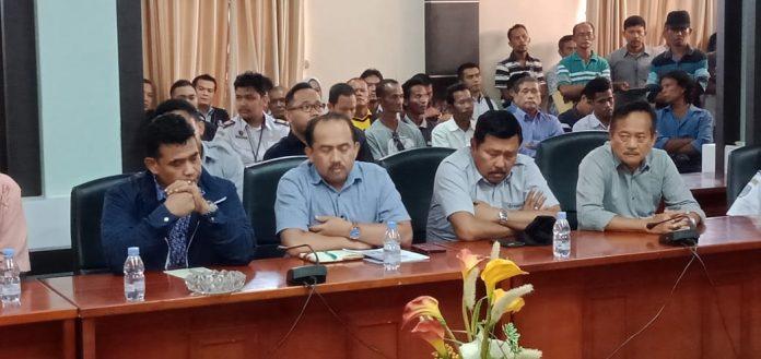 GM PT Timah Tbk Unit Prayun, Adam Darmawan (dua dari kiri) ikut hearing di DPRD Karimun, Senin (9/12/2019) sore. Foto Suryakepri.com/Rachta Yahya