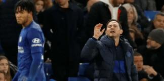 Manajer Chelsea Frank Lampard memberikan instruksi kepada para pemainnya dari pinggir lapangan saat menjamu West Ham United di Stamford Bridge, Sabtu (30/11/2019). (Foto: Getty via Independent)