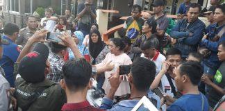 Ilustrasi, para pedagang kawasan Laman Boenda saat mendatangi rumah pribadi Wali Kota Tanjungpinang Syahrul baru-baru ini (Foto: Suryakepri.com/MBA)