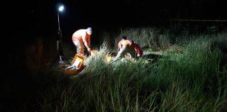 Tim Inafis Polres Karimun melakulan olah tempat kejadian ditemukannya sesosok mayat diduga berkelamin perempuan, Kamis (5/12/2019) malam. (Foto Suryakepri.com/Rachta Yahya)