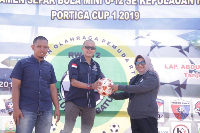 Waki Wali Kota Tanjungpinang Rahma saat membuka turnamen sepak bola U-12 Portiga Cup se-Kepulauan Riau tahun 2019di Lapangan Sepakbola Abdul Majid, Kampung Sidomulyo, Kelurahan Batu IX, Kecamatan Tanjungpinang Timur, Tanjugpinang.