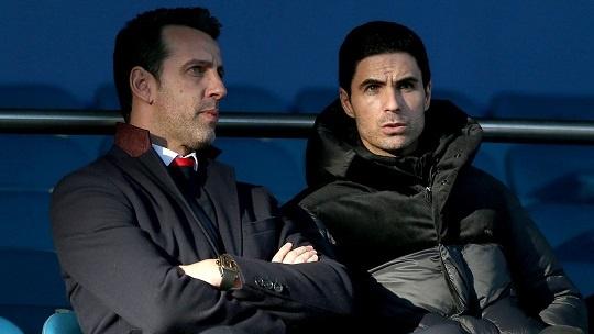 Manajer baru Arsenal Mikel Arteta juga duduk di tribun penonton (premierlegue.com)