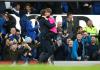 Duncan Ferguson merayakan gol bersama ball boy. (Twitter Everton)
