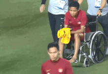 Evan Dimas duduk di kursi roda akibat dicederai pemain Vietnam.