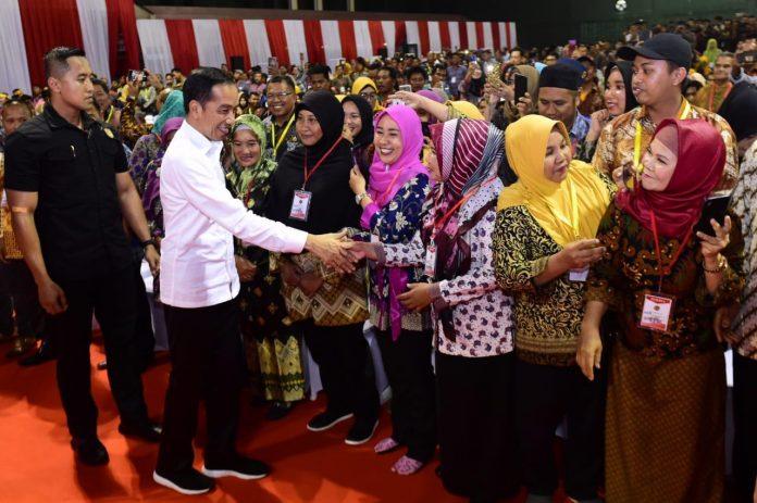 Presiden Jokowi Serahkan 1.000 Sertifikat Hak Atas Tanah untuk Rakyat di Kalimantan Utara. (Foto: Setneg)