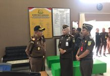 Kajati Kepri Sudarwidadi disambut Kajari Tanjungpinang Ahelya Abustam dalam kunjungan kerja di Kejari Tanjungpinang (Suryakepri.com/istimewa)