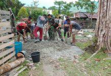 Petugas Satgas Yonif RK 136/TS bersama warga membangun bak air (Suryakepri.com/istimewa)