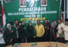 Petahan Aunur Rafiq salam komando dengan Ketua PKB Karimun, Nyimas Novi Ujiani usai daftar bakal calon Bupati Karimun, Senin (27/1/2020). Foto Suryakepri.com/istimewa
