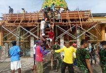 Prajurit Satgas Yonif RK 136/TS saat berjibaku dengan masyarakat membangung masjid di Maluku Tengah (Suryakepri.com/istimewa)