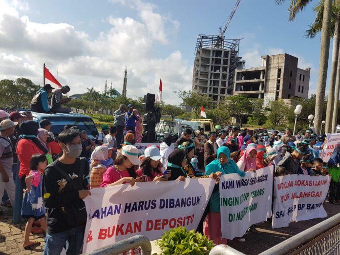 Masyarakat Kampung Seranggong Saat Aksi di Depan Kantor BP Batam, Selasa (28/1/2020). Foto: Suryakepri.com/Alle