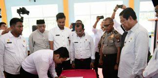 Plt Gubernur Kepulauan Riau H Isdianto saat Penandatanganan Perjanjian Kerja Pendidik dan Tenaga Pendidik NON-ASN Se-Provinsi Kepulauan Riau Tahun Anggaran 2020 di SMKN Singkep, Dabo Singkep Rabu (29/01/2020).
