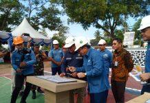 Direktur Teknik Tambang Kementerian ESDM, Sri Rahardjo membubuhkan tanda tangan pada prasasti saat upacara peringatan Bulan K3 di PT Timah Tbk Unit Kundur, Jumat (31/1/2020). Foto Suryakepri.com/rachta yahya