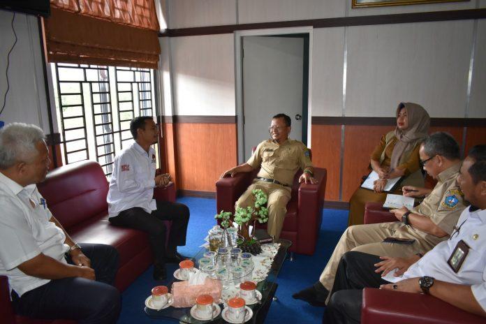 Anggota KPU Bintan Haris Daulay saat berbincang-bincang dengan Kepala Dinkes Bintan dr. Gama F Isnaeni (Suryakepri.com/istimewa)