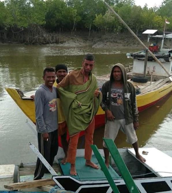 Haminoum Abdurahman (tengah), Warga Negara Aljazair yang nekat berenang dari Pulau Timor ke Australia. (Foto:Pisto Bere/Timex)