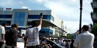 Foto Seorang Pengemudi Taksi Online Kepergok Oleh Taksi Konvensional di Pintu Keluar Parkir Mega Mall. (Foto: Suryakepri.com/Ucu Rahman)