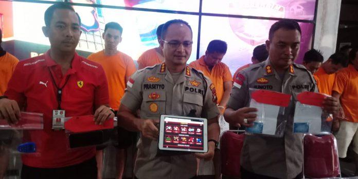 Kapolresta Barelang Kombes Prasetyo Rahmad Purboyo menunjukan pemain judi dan bandar di Mapolresta Barelang, Selasa (7/1/2020).(suryakepri.com/romi kurniawan)