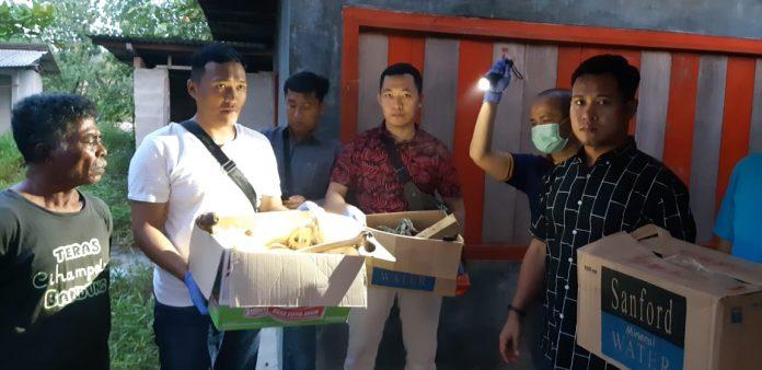 Polisi membawa kardus berisi kerangka manusia yang ditemukan di sebuah warung di Pantai Melur, Batam. Kerangka ini ternyata Agus Slamet(suryakepri.com/ist)