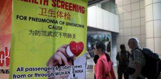 Penumpang melewati spanduk tentang Pneumonia Wuhan dekat titik sensor panas di terminal kedatangan Bandara Internasional Kuala Lumpur di Sepang, Malaysia, 21 Januari 2020. (Foto: REUTERS /Lim Huey Teng via CNA)