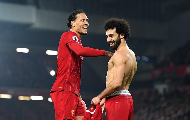 Virgil van Dijk dan Mohamed Salah, dua pencetak gol yang memberi kemenangan Liverpool 2-0 atas Manchester United di Anfield, Minggu (19/1/2020). (Foto: Twitter Liverpool)