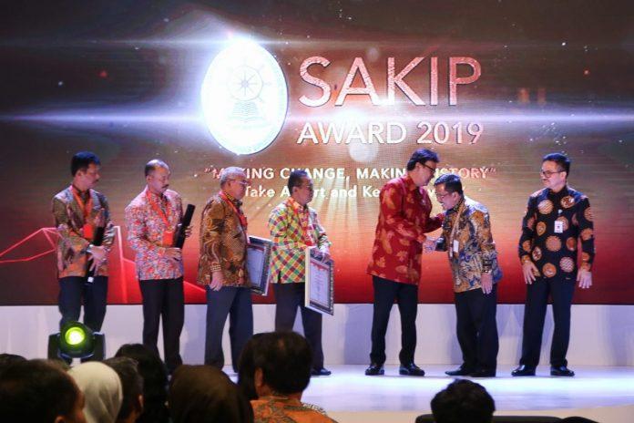 Sekdaprov Kepri H TS Arif Fadillah saat Menerima SAKIP Award, Senin (10/2/2020) di Hotel Radisson, Batam.