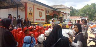 Puluhan siswa sekolah RA Alazim, Tanjunguncang digiring ke Mapolresta Barelang, Kamis (13/2/2020). (Foto: Suryakepri.com/Romi)