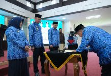 Wali Kota Tanjungpinang Syahrul bersama Wakilnya Rahma menyaksikan penandatanganan perjanjian kerja Kepal OPD di lingkungan Pemerintah Kota Tanjungpinang (Suryakepri.com)