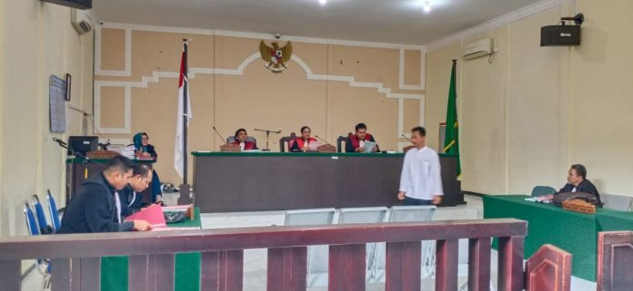 Terdakwa Iwan Kurniawan saat menjalani persidangan di Pengadilan Negeri Tanjungpinang (Foto: Suryakepri.com/Muhammad Bunga Ashab)