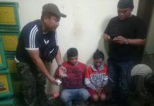 Petugas saat mengamankan dua pelaku (Suryakepri.com/istimewa)
