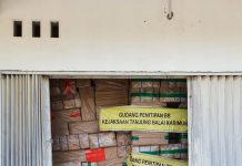 Kejari Karimun memperlihatkan barang bukti rokok yang sempat tidak dihadirkan selama persidangan di Pengadilan Negeri (PN) Karimun. (Foto Suryakepri.com/ist)