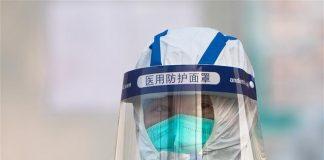 Model pakaian pelindung yang dikenakan petugas medis saat menangani pasien terinfeksi virus corona di Wuhan, China. (Foto: Xinhua)