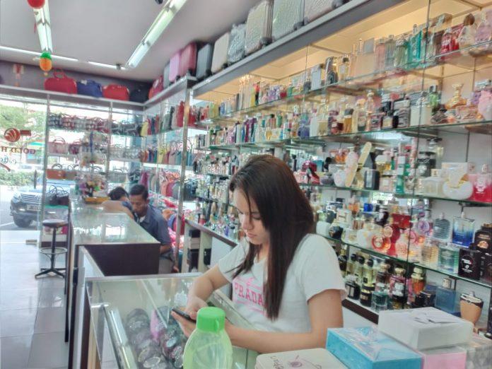 Icah Karyawan Gold Hill Colection Nagoya Kota Batam, Selasa (11/2/2020). (Foto: Suryakepri.com/Alvin)