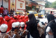 Puluhan siswa sekolah Ra Al Azim, Tanjunguncang digiring ke Mapolresta Barelang, Kamis (13/2/2020). (Foto: Suryakepri.com/Romi)
