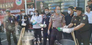 Jajaran Sat Narkoba Polresta Barelang saat Merebus Sabu Sebanyak 45.072 kg, Senin (3/2/2020). Foto: Suryakepri.com/Romi
