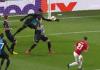 Aksi bek Club Brugge Simon Deli melompat bak seorang penjaga gawang untuk menepis tembakan Daniel James. Dia dikartu merah dan mengubah jalannya pertandingan, membuat MU merajalela dan akhirnya memenangkan laga dengan skor 5-0. (Sumber foto: thesportsrush.com)