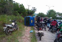 Bimbar maut terguling di jalan. Kecelakaan ini menewaskan seorang pengendara sepeda motor bernama Sri Wahyuni. (Foto: Facebook)