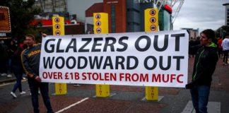 Demo fans Manchester United mendesak keluarga Glazer dan Ed Woodward out dari klub itu. (Sumber Foto: Metro)