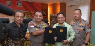 Sekretaris Daerah Provinsi Kepulauan Riau H TS Arif Fadillah saat Penandatangan Naskah Perjanjian Hibah Daerah (NPHD) di Mapolda Kepri, Nongsa, Batam, Jumat (14/2/2020).